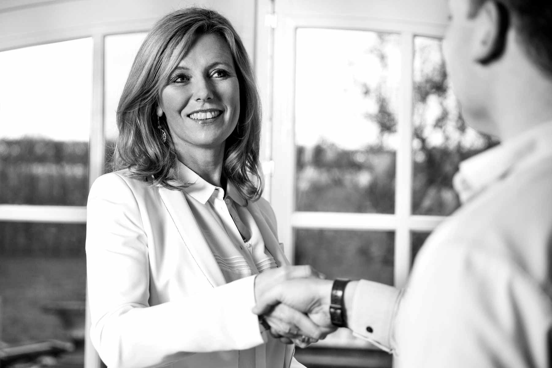 Uw droomwoning, Aankoopadvieshuis adviseert, onderhandelt en beoordeelt het koopcontract